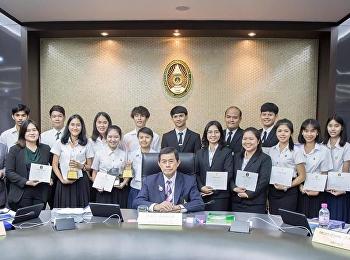 นักศึกษาสาขาวิชาภาษาไทย คณะครุศาสตร์ เข้ารับเกียรติบัตรเชิดชูเกียรติผู้ทำคุณประโยชน์ต่อมหาวิทยาลัยจาก ท่านกร ทัพพะรังสี นายกสภามหาวิทยาลัยราชภัฏสวนสุนันทา